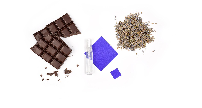 Un accord praliné chocolat enveloppé de l'aromatique et mystérieuse lavande sur un fond de mousse de chêne.