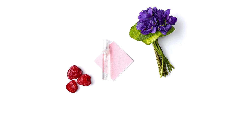 Les notes de fruits rouges s'entremêlent avec la douceur et l'élégance de la violette pour finir sur un lit ouaté de muscs blancs.