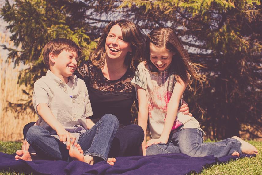Photo mère et enfants dans un parc