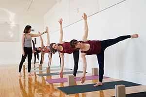 Photo posture yoga en groupe