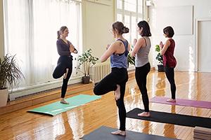 Photo cours de yoga et professeure