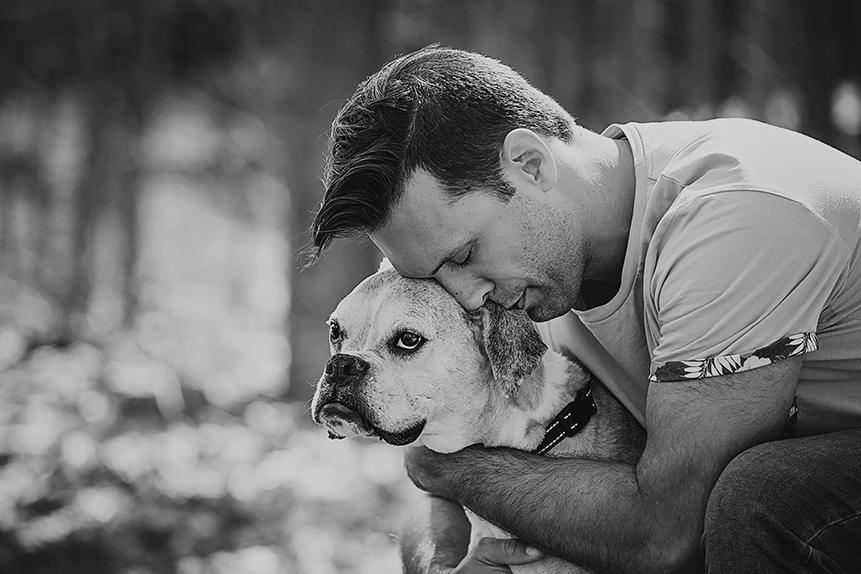Vieux chien boxer avec son humain
