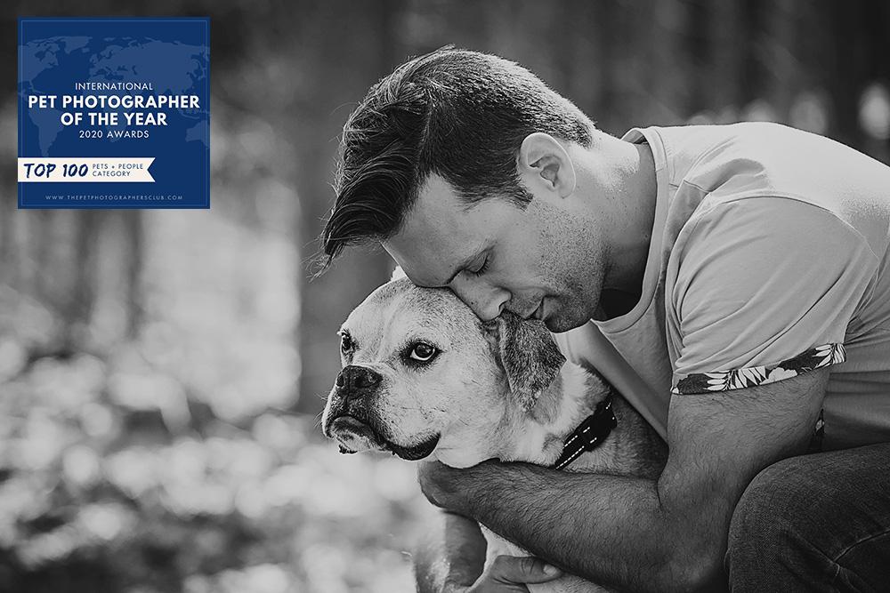 Vieux chien boxer avec son papa