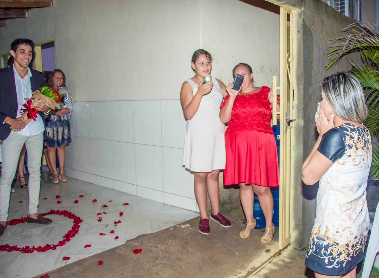 menina surpresa com pedido de casamento sonho