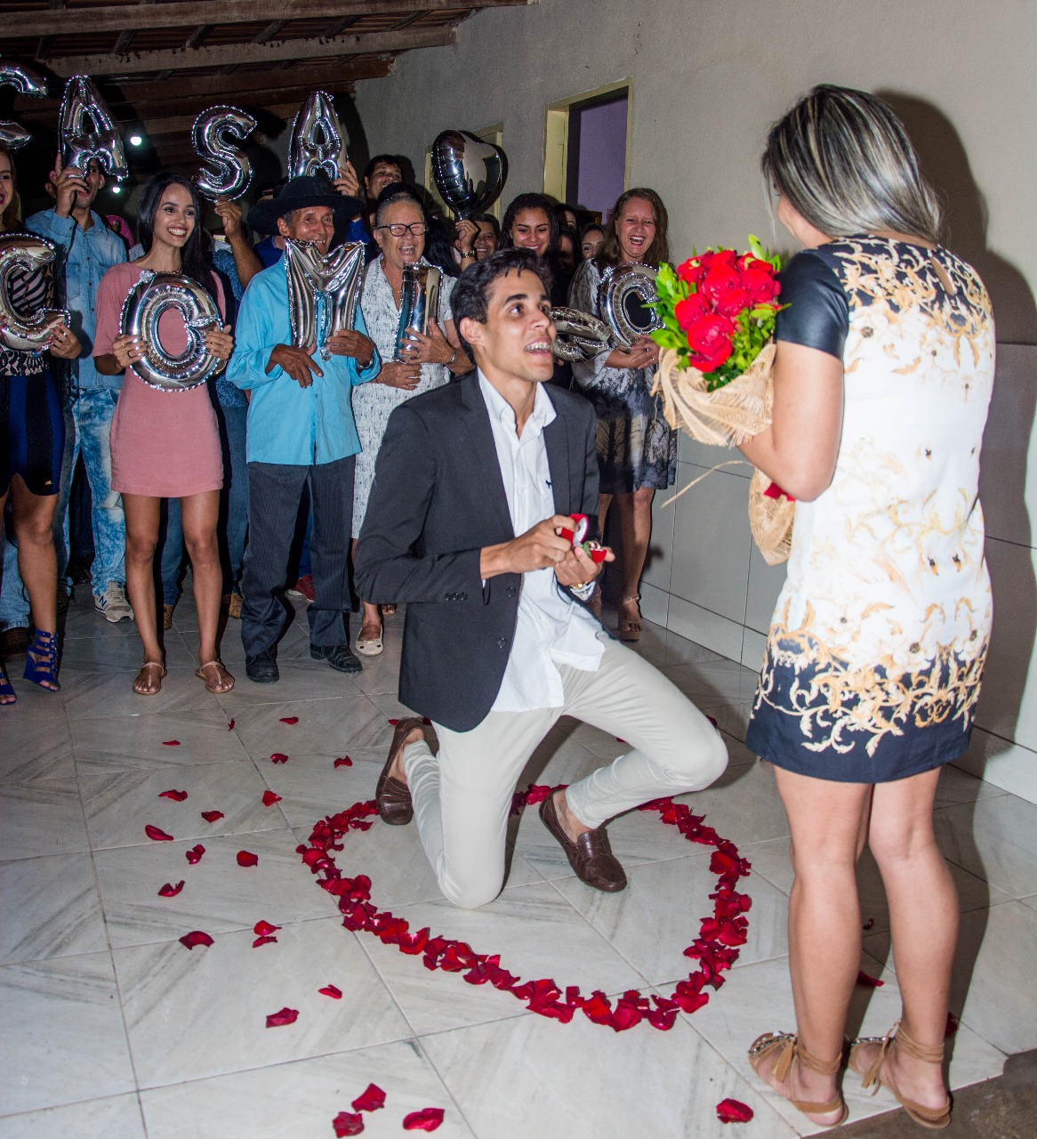 rapaz fazendo um pedido de casamento surpresa sonho