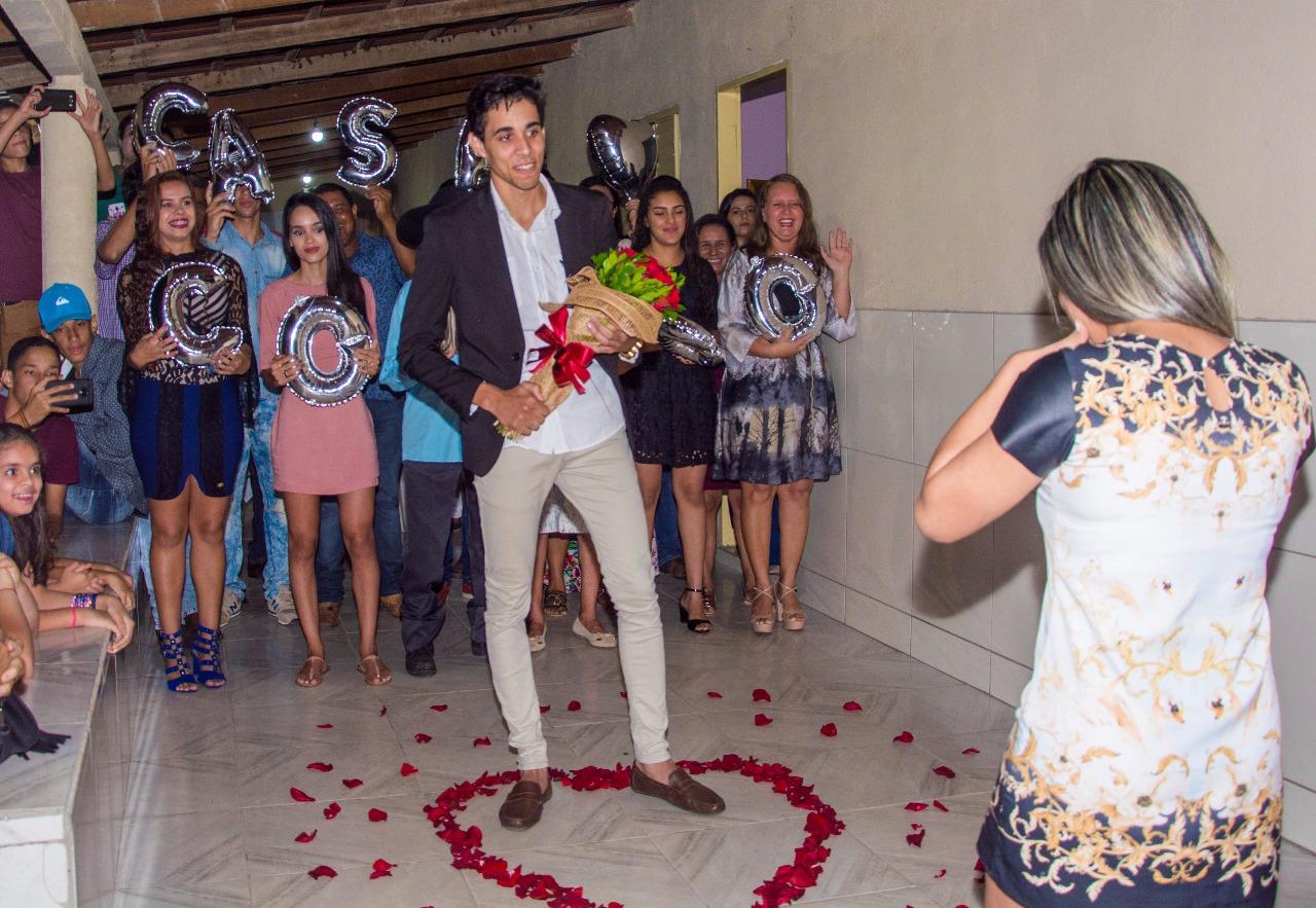 rapaz com buque nas mão para fazer um pedido de casamento sonho