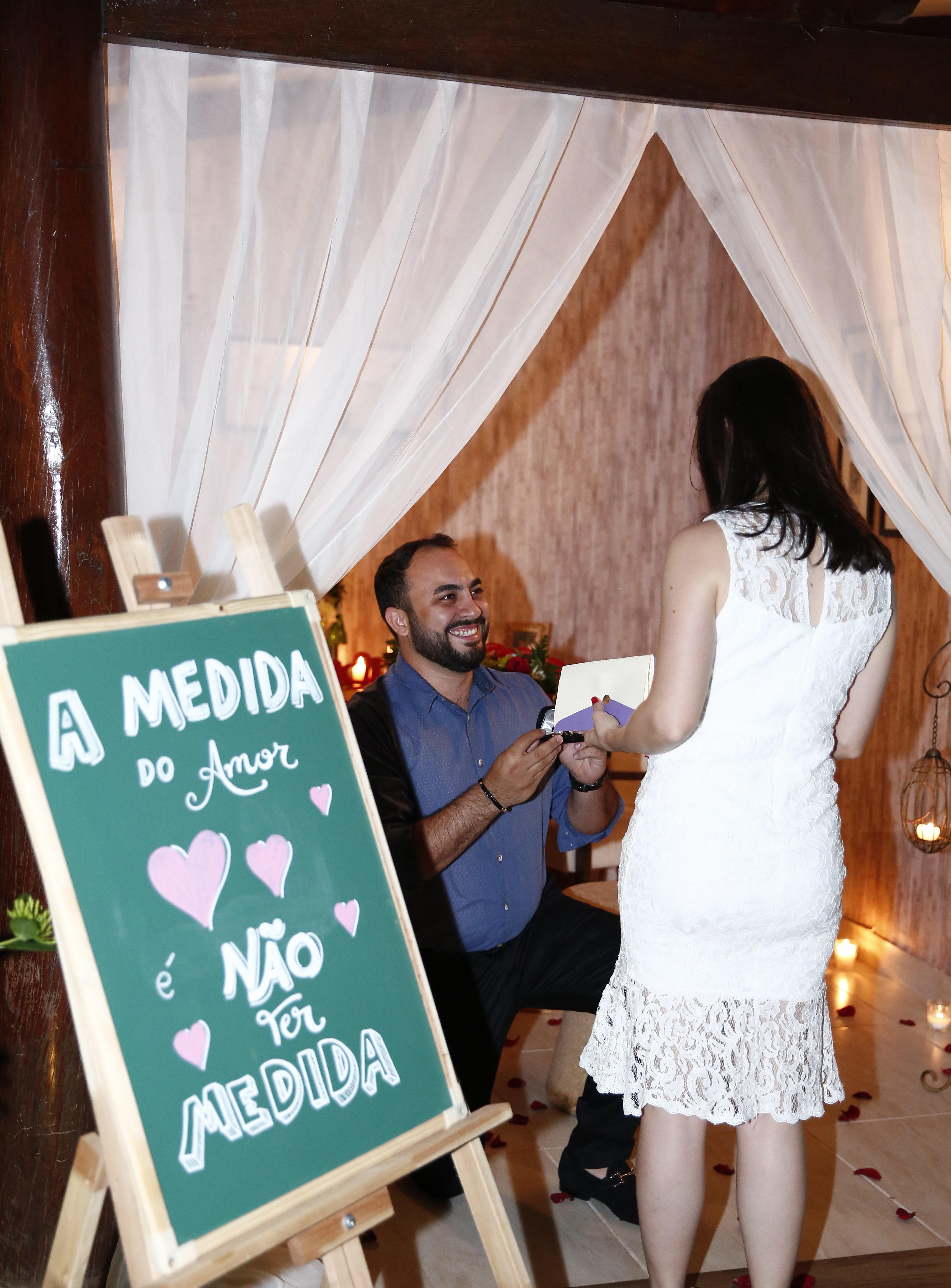 homem ajoelhado fazendo um pedido de casamento surpresa