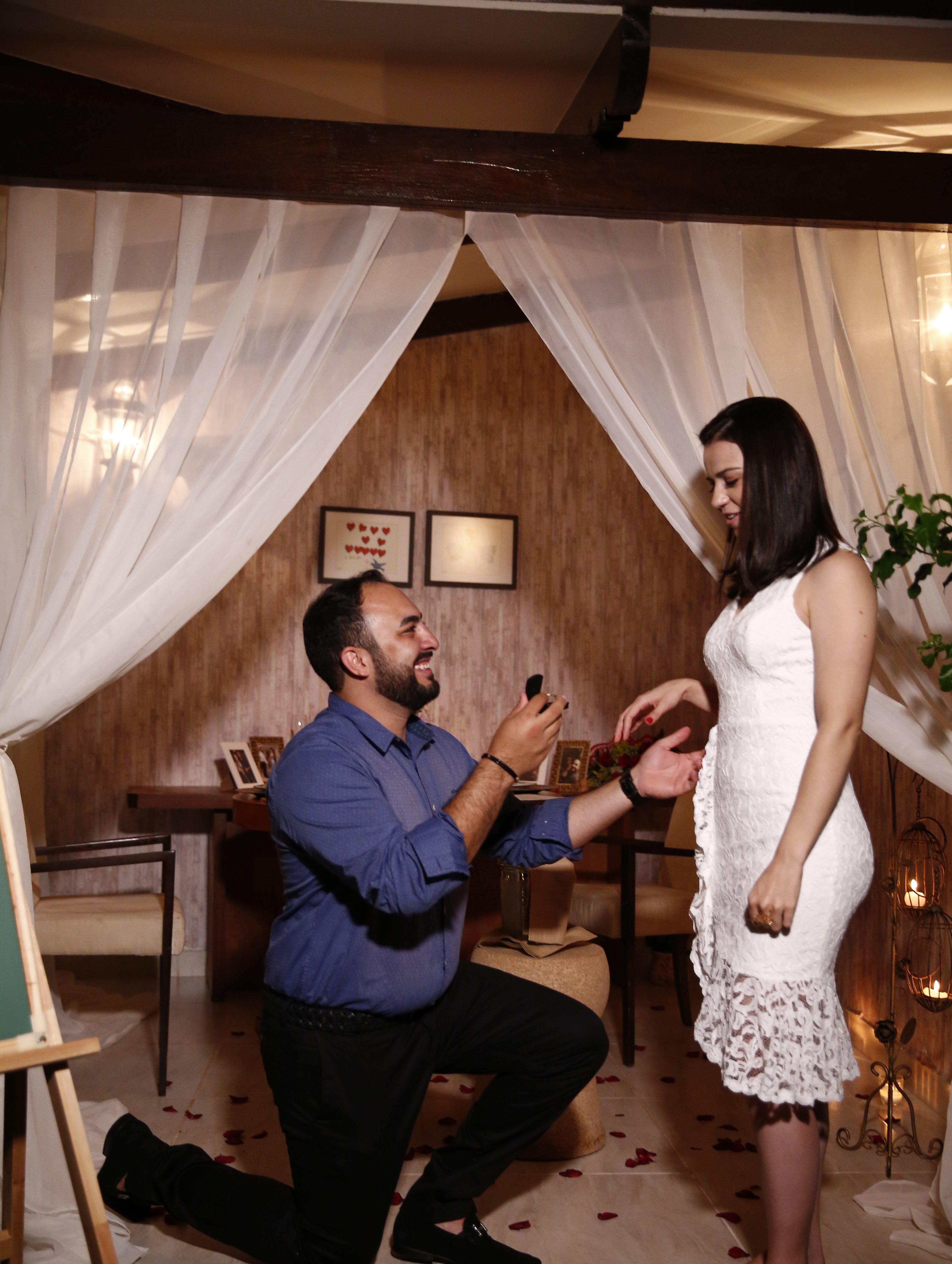 mulher recebendo um pedido de casamento surpresa