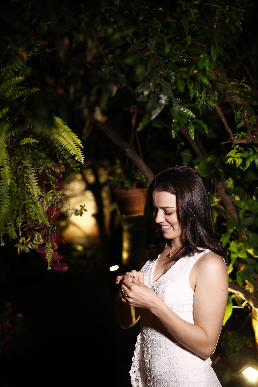 mulher admirando aliança do pedido de casamento surpresa