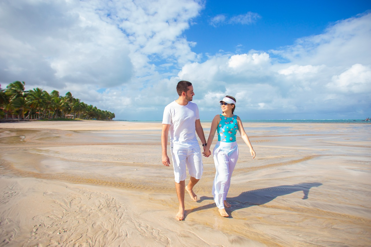 pedido de casamento diferente na praia com chuva de pétalas