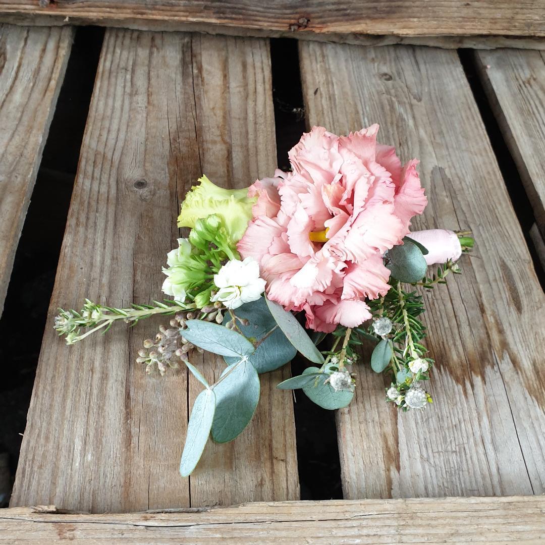 rosa ansteckblume, hochzeitsfloristik,