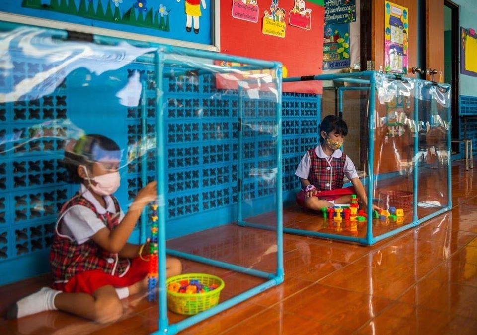 Niñas jugando en aulas de aislamiento en Tailandia
