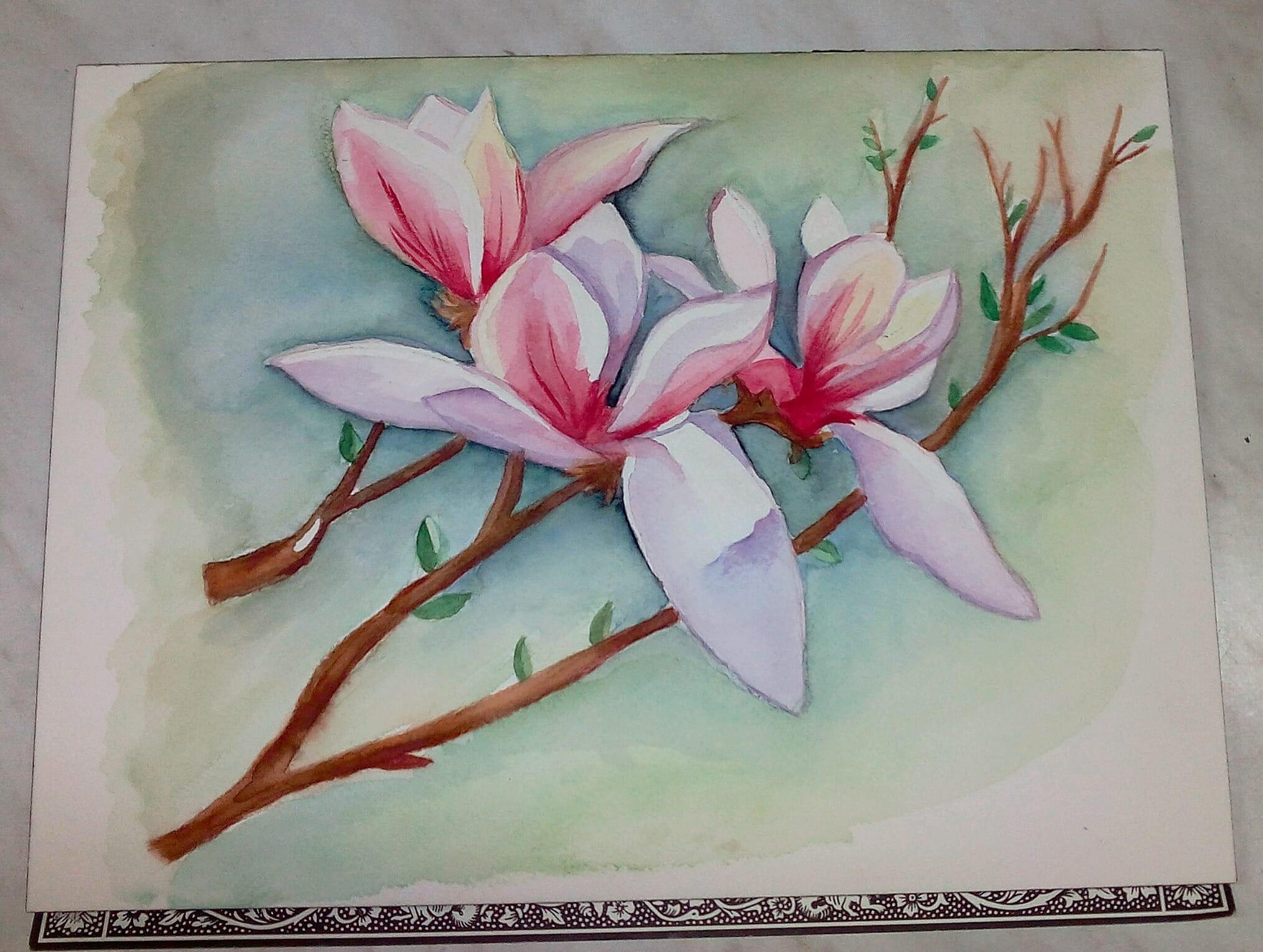 Una flor pintada por Arantxa. El fondo es verde, hay unas ramas con una hojas, y en le centro unas orquídeas rosas con grandes pétalos. Está pintado con acuarela.