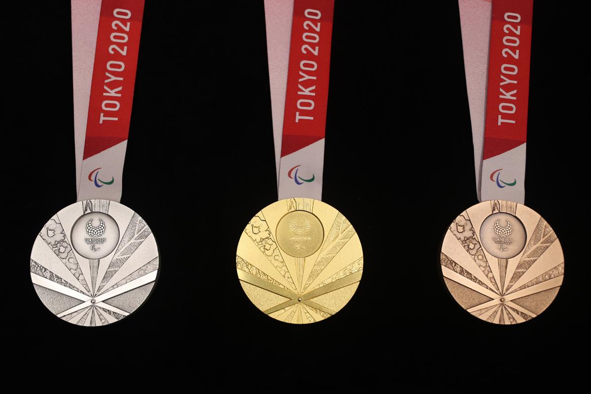 Una imagen en donde puede verse con detalle las 3 medallas paralímpicas: oro, plata y bronce. En todas ellas está el símbolo paralímpico y tiene grabaciones en braille.