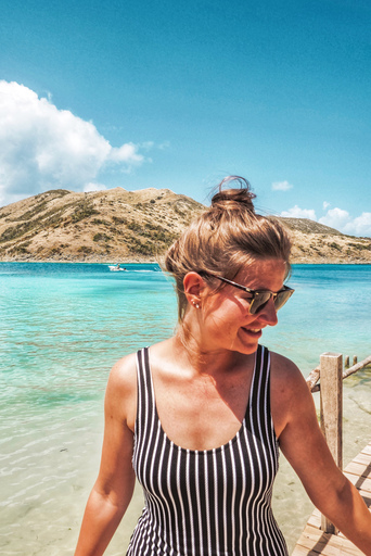 A Dutch expat living in St. Maarten in a swimsuit at the coastline