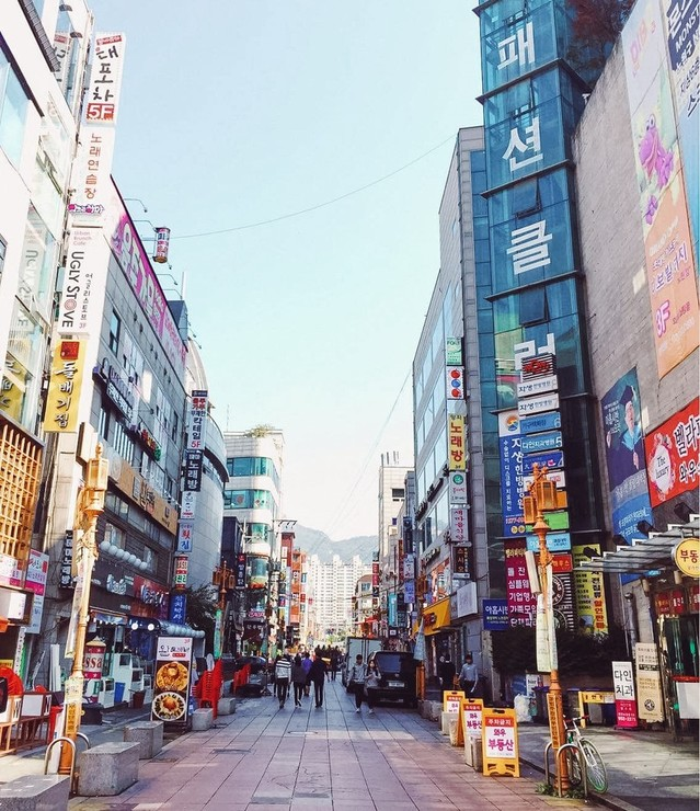 A picture of a typical street in Seoul in the afternoon, full of color and entertainment