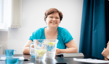 Zdjęcia uśmiechniętej trenerki w trakcie warsztatów