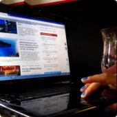 uczestniczka badań wykonująca zadania przed komputerem