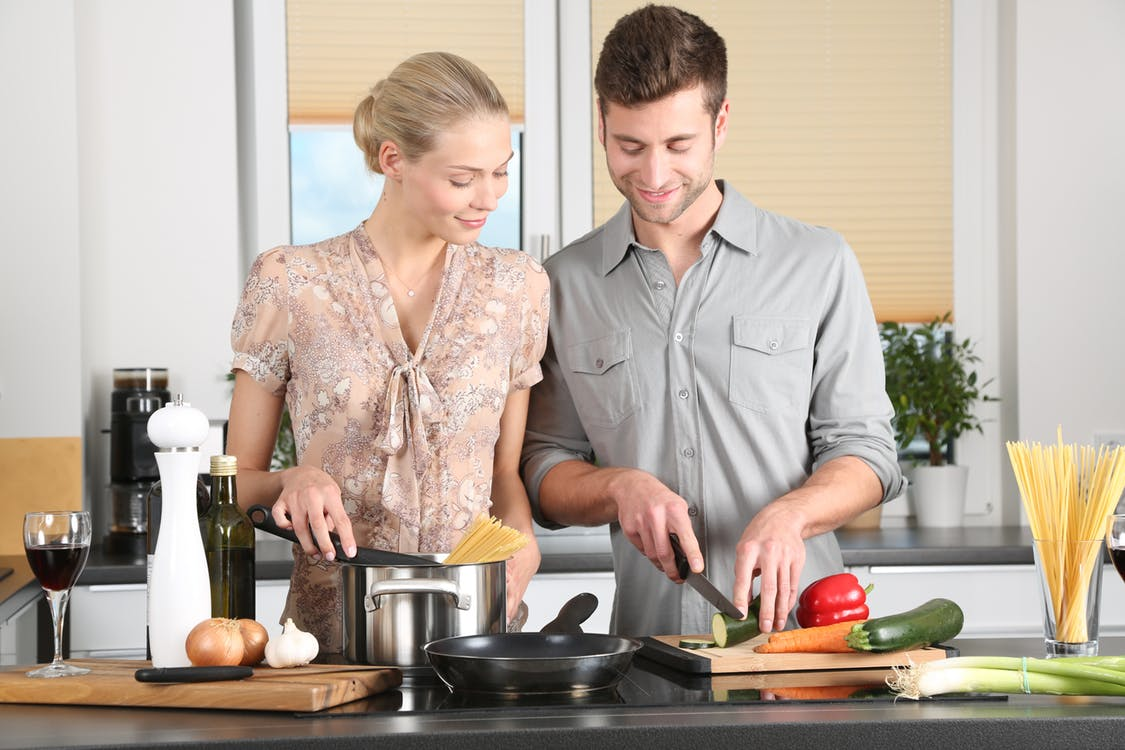 Easy Dinner Ideas for Two: Couple cooking meal