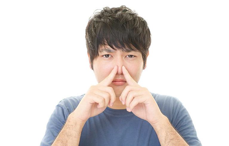 lỗ mũi có mùi hôi