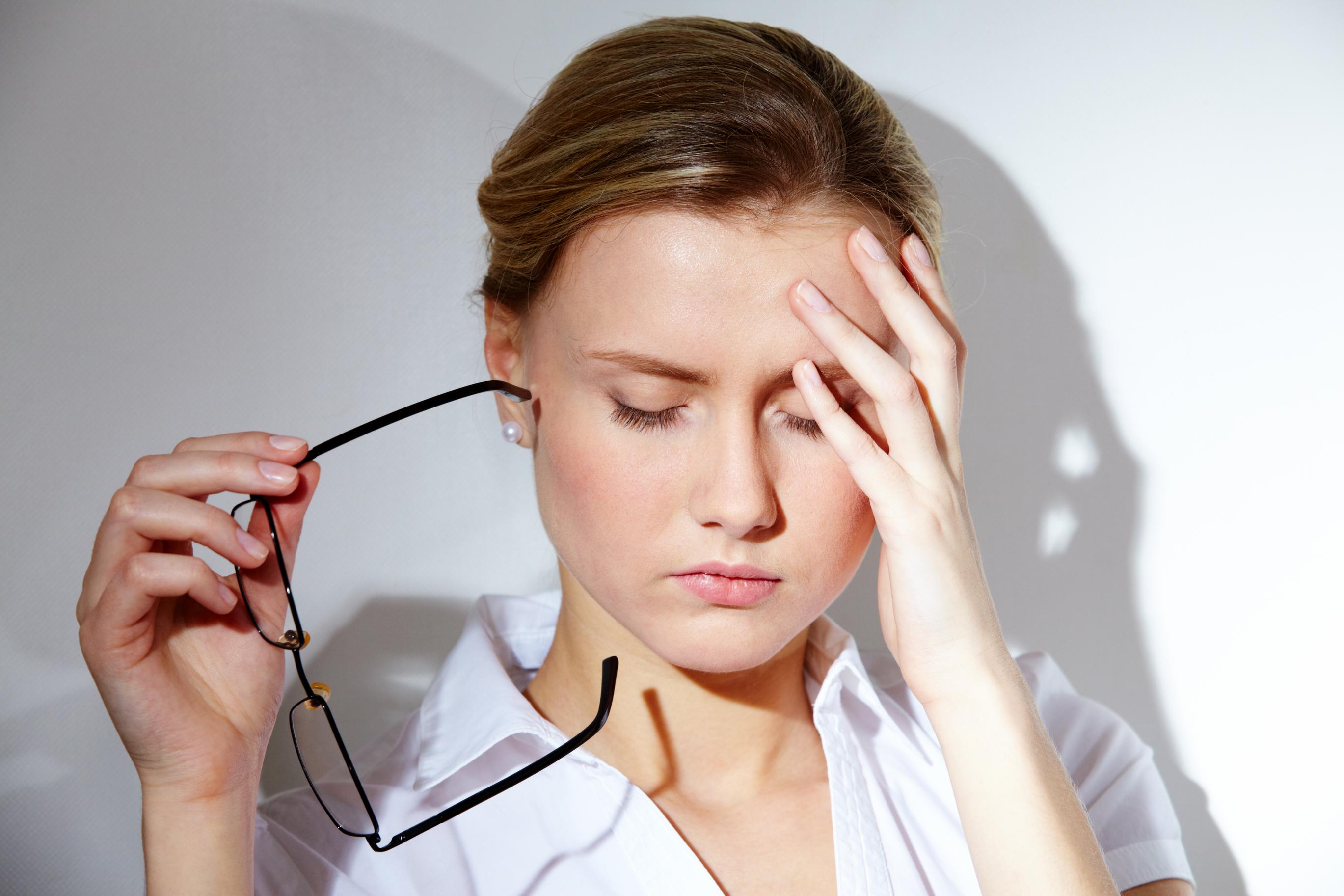 stress làm tóc yếu dễ gãy gụng