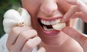 dùng tỏi tri đau răng