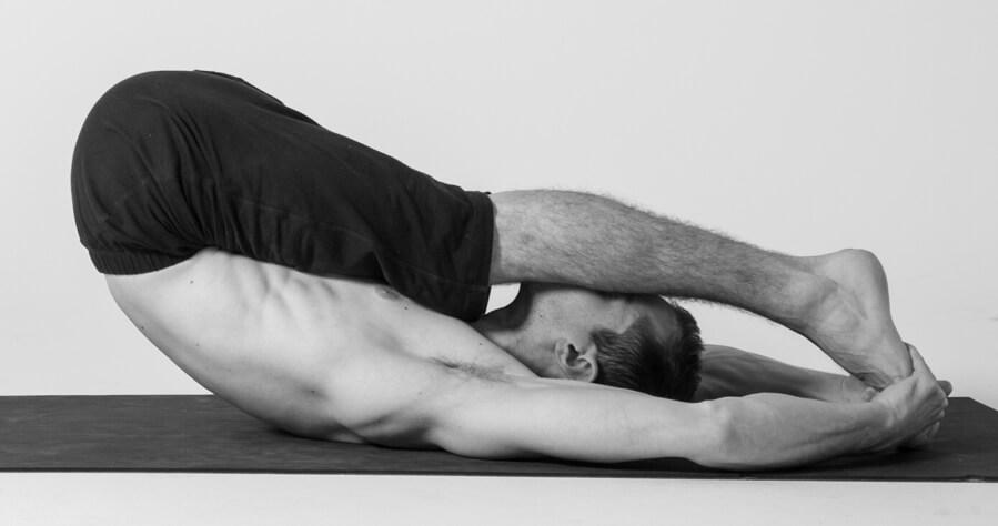 Bài tâp yoga Paschimottanasana trị yếu sinh lý