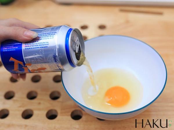 cách gội đầu sạch gầu nhất bằng lòng đỏ trứng gà và bia