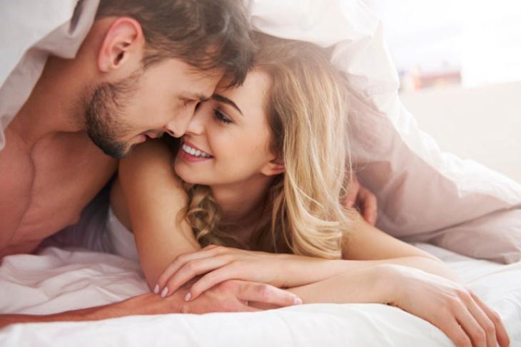 Liếm môi là dấu hiệu chàng thèm muốn bạn