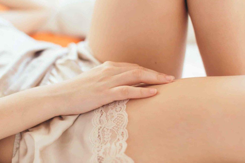 Dùng tay chạm vào vùng kín có thể có thai