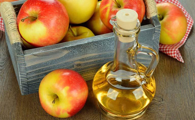 Dùng chanh + giấm táo trị gàu