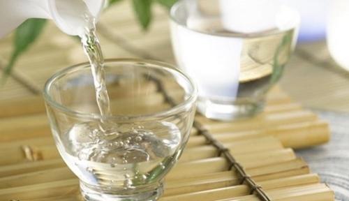 Dùng lá lốt phối hợp rượu trắng
