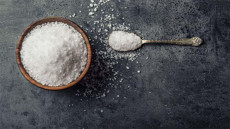 Cách trị tổ đỉa bằng muối hạt và rau răm