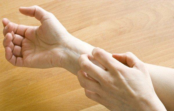 Lòng bàn tay bị ngứa nổi hột nguyên nhân