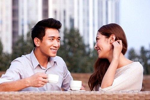 Hẹn hò và trò chuyện với anh chàng khác