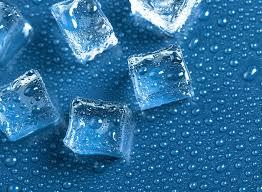Đưa đá lạnh vào trong âm đạo