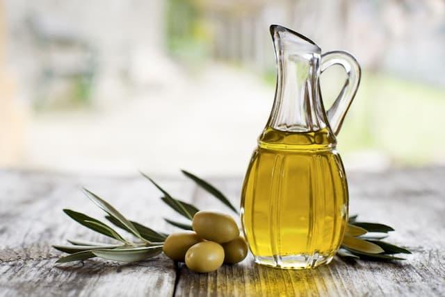 Tắm bằng dầu oliu trị chàm