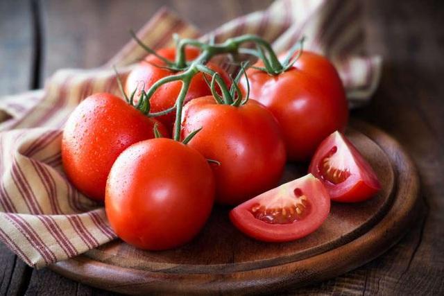Cà chua giúp làm nhạt vết chàm xanh
