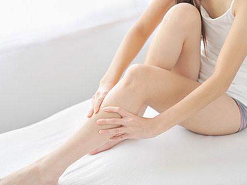 Bệnh chàm eczema gây ngứa hai ống chân