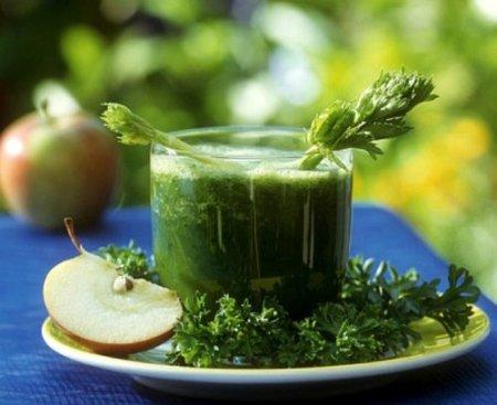 giảm đau bụng kinh bằng cách uống ngải cứu.