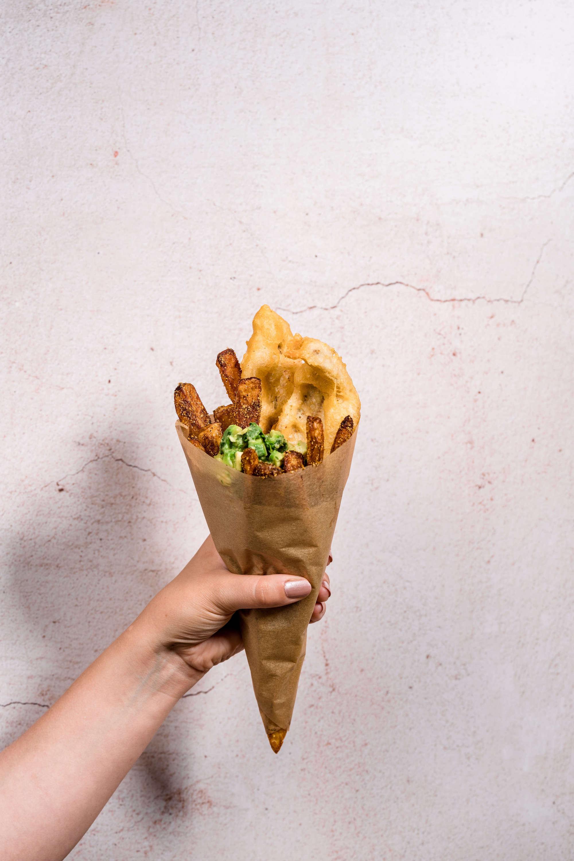 Fish and Chips mit Avocadosalat
