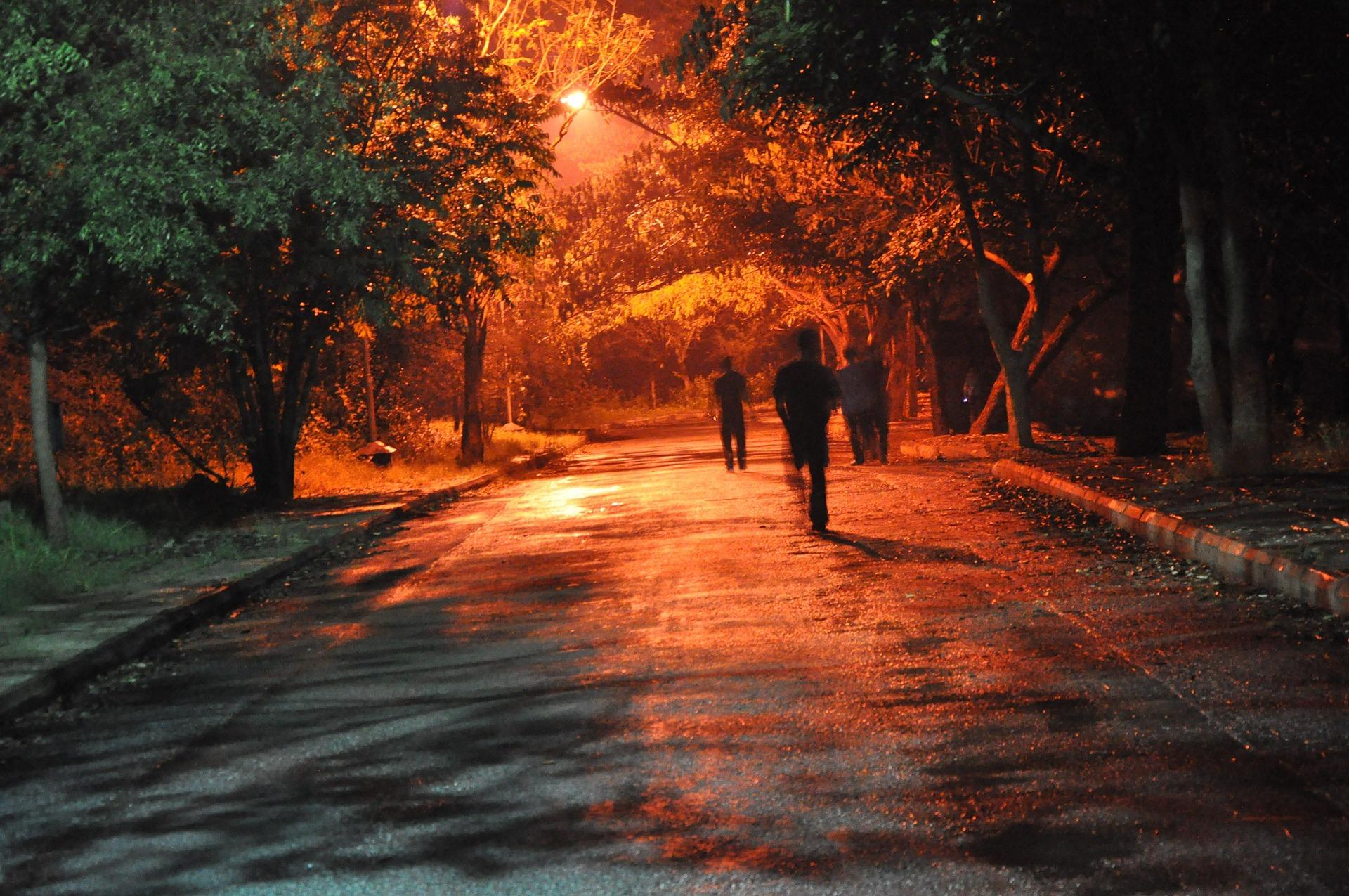 Halloween yönä pimeydessä vaanii vaikka ja minkälaisia kulkijoita
