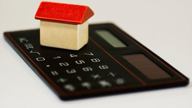 Modell von Haus auf Taschenrechner