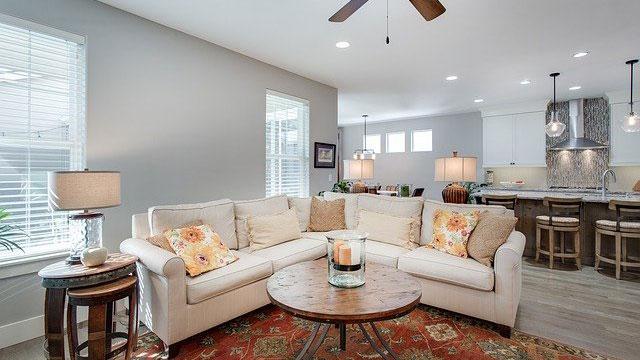 Moderne Couch in offenem Wohnzimmer