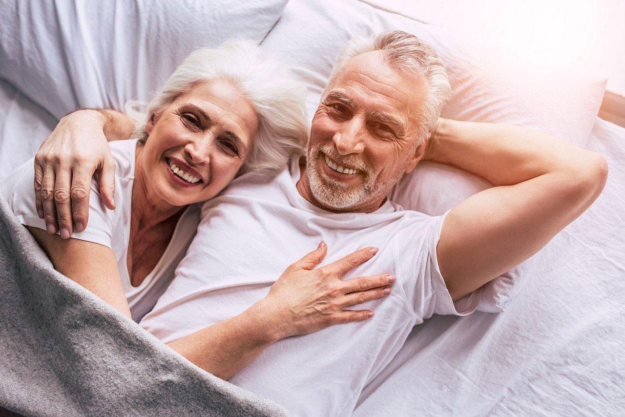 Glückliches Seniorenpaar im Bett