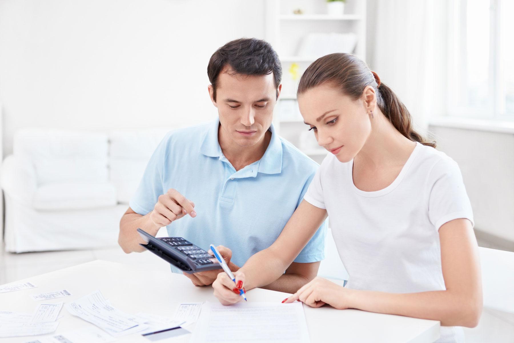 Glückliches Paar berechnet Finanzen