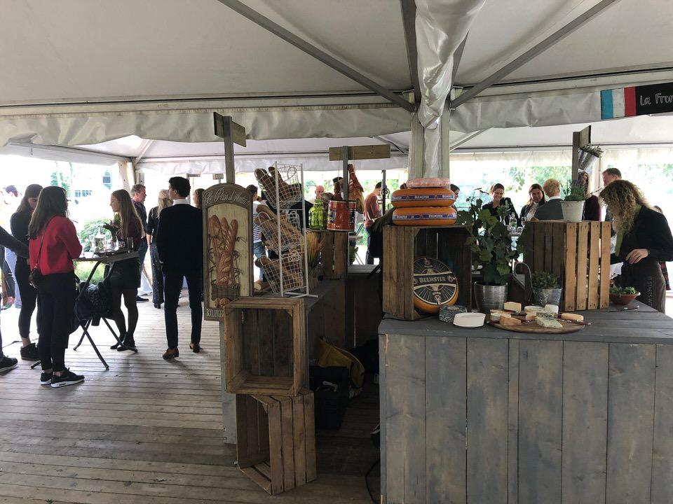 Culinaire foodmarket tijdens feest