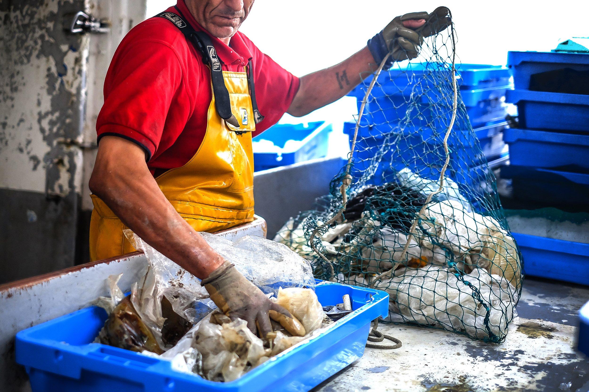 pêcheur trie les déchets seaqual