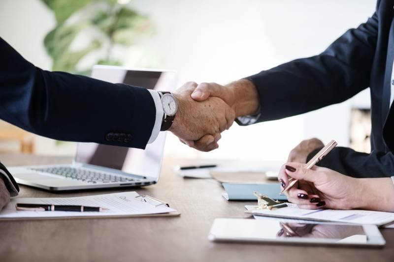 What is a fiduciary: Two men in suits shaking hands