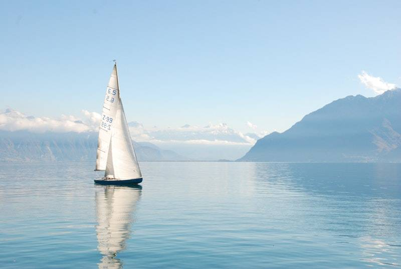 How do bonds work: Sailboat on water on a sunny day